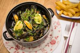 Moule mariniere with chips at the Perch Inn, Oxford